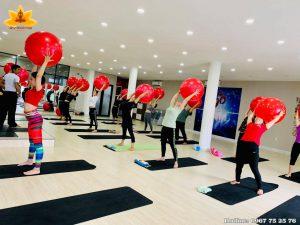 Luyện với bóng - Yoga Sun & Moon Center